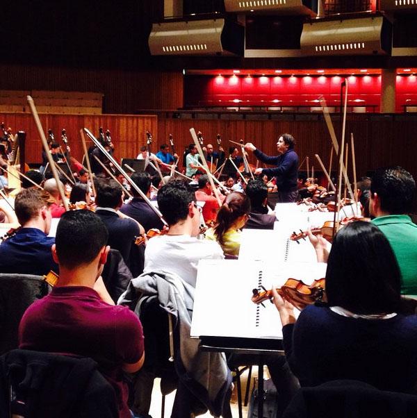 Los músicos y su director durante el 1er ensayo de la #gira #OSSBEu2015 #ElSistema #Londres #RoyalFestivalHall #southbankcentre @gustavodudamel Vía Instagram fundamusicalbolivar