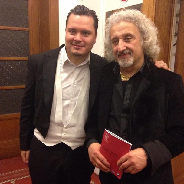 #OSSBEu2015 El maestro Mischa Maisky asistió al concierto de anoche de la Bolívar. Acá junto a Alejandro Carreño, concertino de la orquesta #gira #OSSBV #Bruselas #debut @bozarbrussels