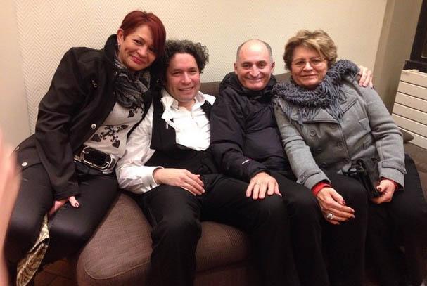 #OSSBEu2015 En camerino el maestro @gustavodudamel luego de un exitoso concierto. Lo acompaña su madre, Sol, su padre, Oscar, y su abuela, Engracia #Gira #OSSBV #Europa #Bruselas