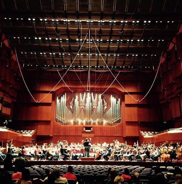 #OSSEu2015 La Gran Sala del Die Alte Oper tiene capacidad para 2500 personas. El edificio fue inaugurado en 1880 y prácticamente destruido durante la 2da Guerra Mundial. Luego de su reconstrucción, abrió sus puertas de nuevo en 1981, con la 8va sinfonía de Mahler #gira #Frankfurt #ElSistema