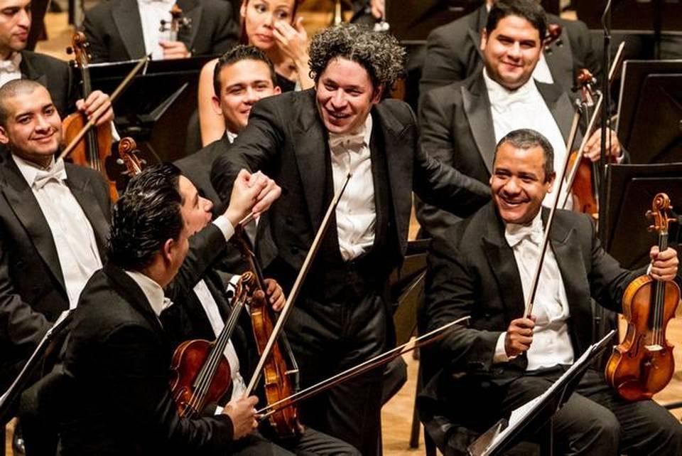 """El director venezolano Gustavo Dudamel (c) se presenta con los músicos de la Orquesta Sinfónica de Venezuela """"Simón Bolivar"""" hoy, lunes 12 de enero de 2015, en el teatro Bozar de Bruselas (Bélgica). La orquesta se encuentra en una gira por Europa para celebrar los 40 años de la fundación del laureado Sistema de Orquestas Juveniles e Infantiles de Venezuela. EFE/MIGUEL GUTIERREZ"""
