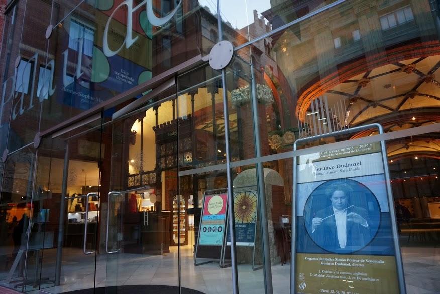 El centro cultural tiene dos facetas: una modernista caracterizada por el estilo catalá, y otra contemporánea recubierta de vidrio