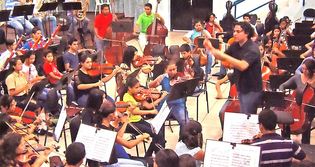 Jesús Oviedo alza su batuta con la Orquesta Sinfónica Juvenil Regional de Falcón este jueves 26 de febrero.