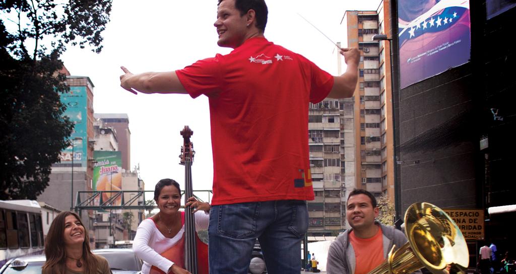 José Alejandro Paredes y Ana Cecilia Loyo junto a La Banda Marcial de Caracas