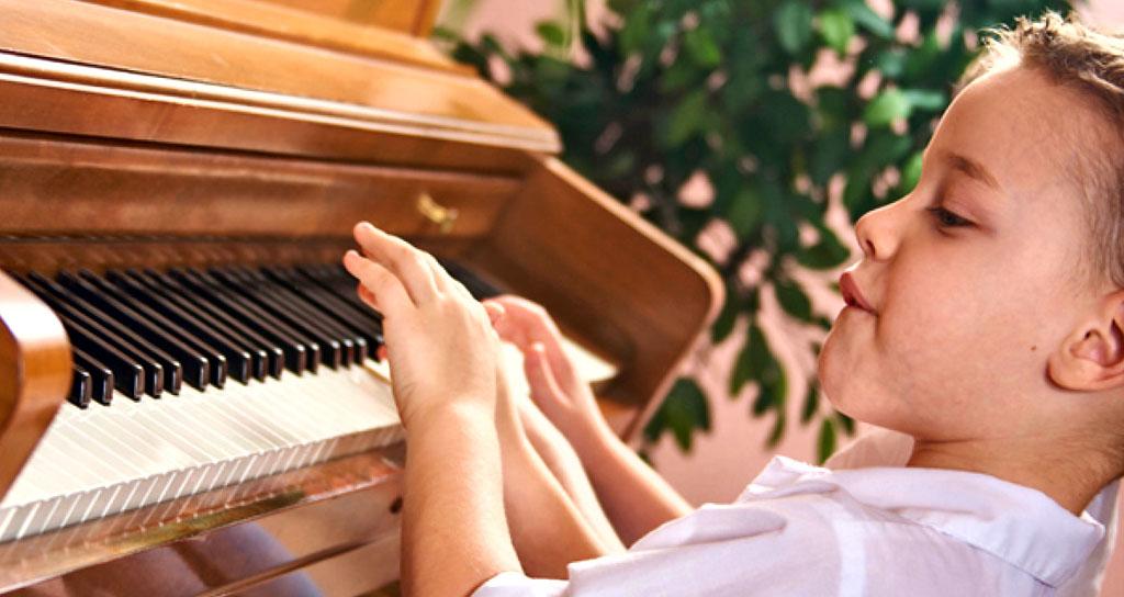 Aprender a tocar correctamente un instrumento es más fácil que aprender a leer y escribir