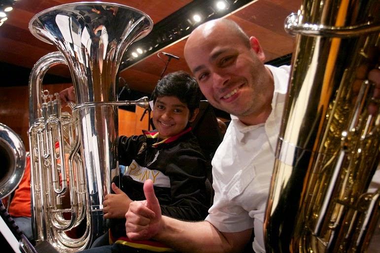 Dos generaciones ensayando en un mismo escenario, Ángel Linares junto a Alan Viloria integrante de la Sinfónica Nacional Infantil de Venezuela comparten su emoción por estos 40 años de El Sistema