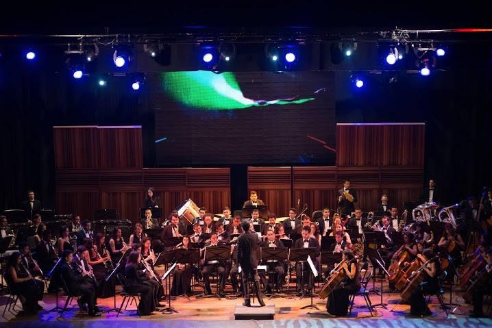 Sergio Rosales conduciendo a la Banda Sinfónica Simón Bolívar