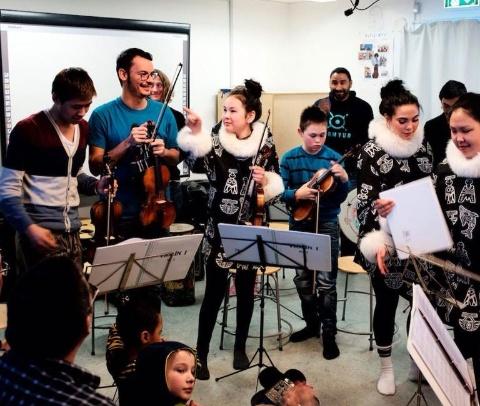 Los jóvenes de El Sistema Groenlandia reciben clases en las tardes.