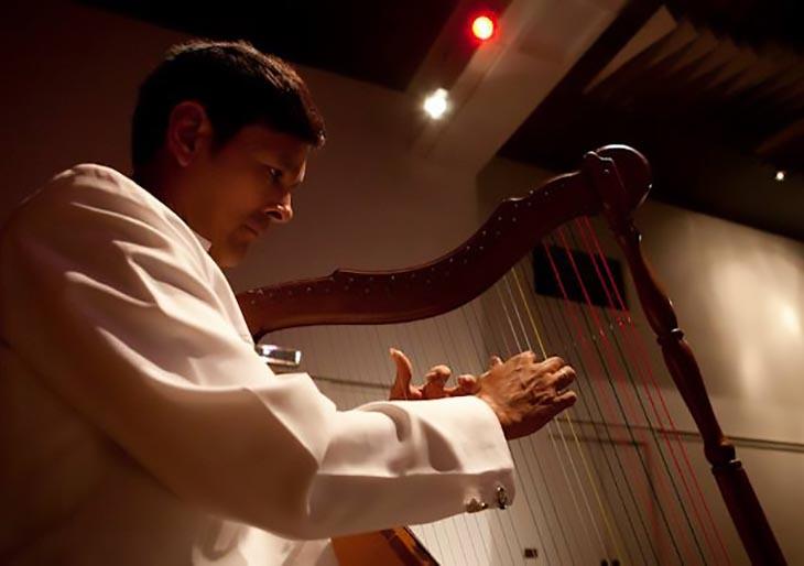 """Londres: Arpista Carlos """"Metralleta"""" Orozco desgrana desde la innovación los acordes de la tradición musical venezolana"""