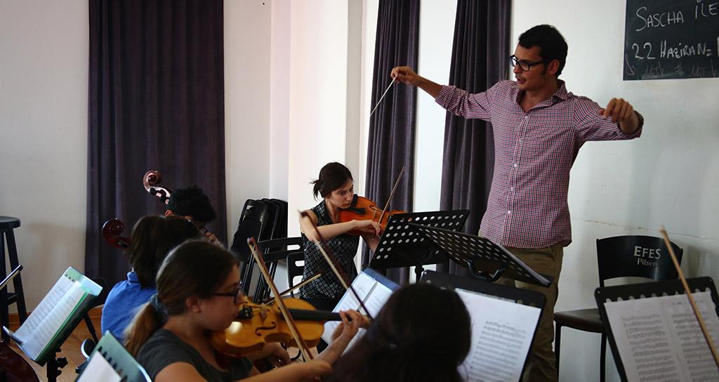 Ron Davis Alvarez finaliza gira académica en Estambul