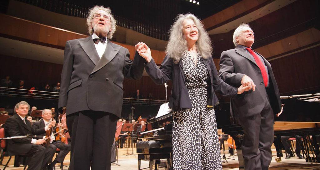 El maestro Luis Bacalov, la enorme Martha Argerich y el talentosísimo Eduardo Hubert, agradecieron conmovidos el fervoroso aplauso del público que se extendió en el tiempo pleno de agradecimiento. — en Centro Cultural Kirchner.