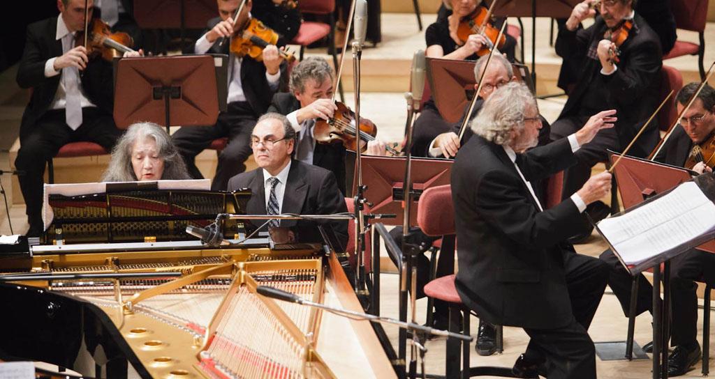 Además de su extenso y conocido trabajo como compositor para el cine, Luis Bacalov se desempeña también como pianista y director de orquesta. Ayer, #LaBallenaAzul, pudo disfrutar de las tres facetas de este gran artista argentino. — en Centro Cultural Kirchner.