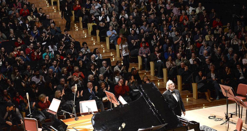 """El maestro Luis Bacalov se sentó al piano y deslumbró al público con su maravillosa versión de las famosas composiciones """"El día que me quieras"""" y """"El Choclo"""". — en Centro Cultural Kirchner."""