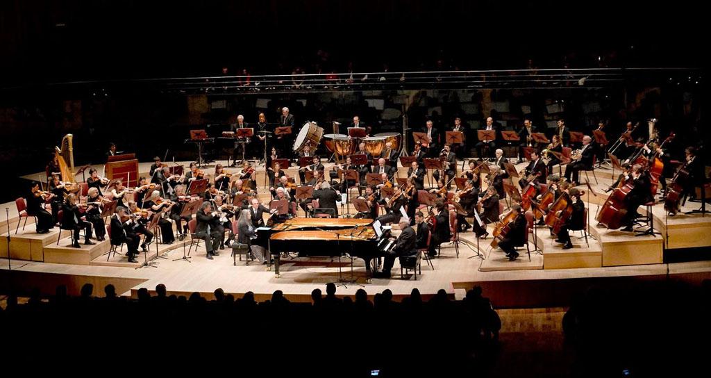 """Argerich y Hubert, acompañados por la Orquesta Sinfónica Nacional, interpretaron una increíble versión de """"Porteña"""", composición de Luis Bacalov, quien ofició como director. — en Centro Cultural Kirchner."""