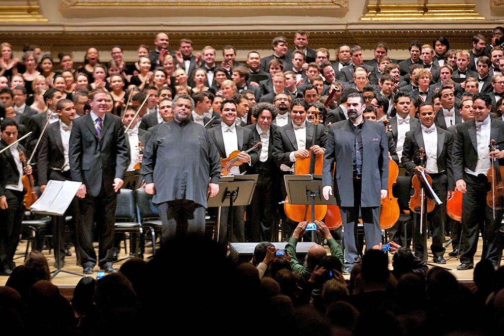 Idwer Álvarez junto a Gaspar Colón dirigidos por Gustavo Dudamel con la OSSBV en el Carnegie Hall