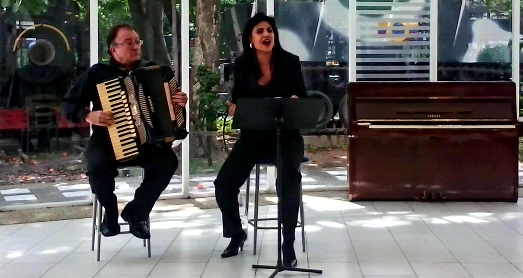"""""""Una Voz y Un Acordeón"""" en el Salón Siglo XXI"""