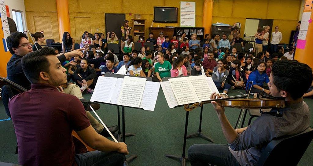 Los músicos de la Bolívar tocaron para niños del Programa Orquesta Juvenil de Los Ángeles