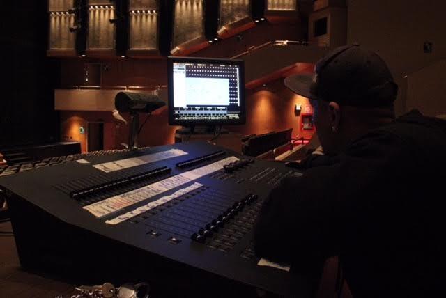 Un sistema de sonido de última generación llamado Contelation se instala en la sala para mejorar su capacidad acústica.
