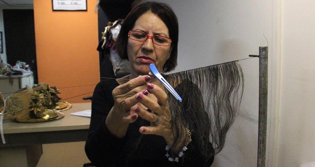 Arduo y minucioso es el trabajo del equipo de peluquería que se encarga de dotar de realidad y al mismo tiempo de fantasía, las exigencias de producción