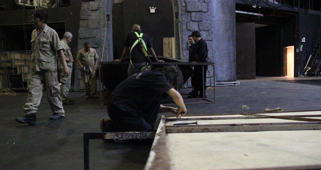 Debajo del escenario los carpinteros trabajan sin descanso en la elaboración de la majestuosa escenografía
