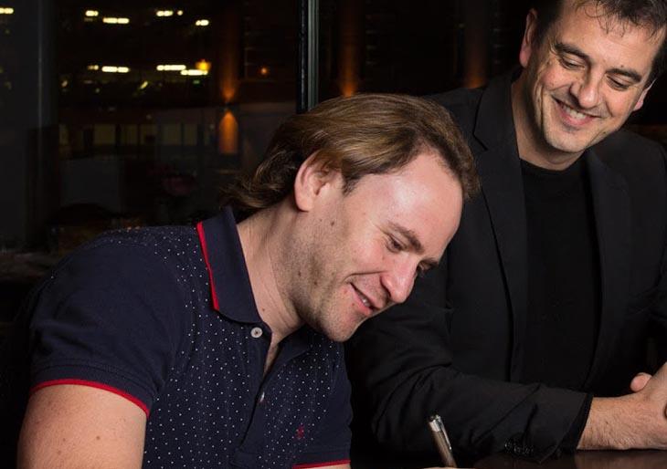 Christian Vásquez firma contrato con la Filarmónica de Arnhem
