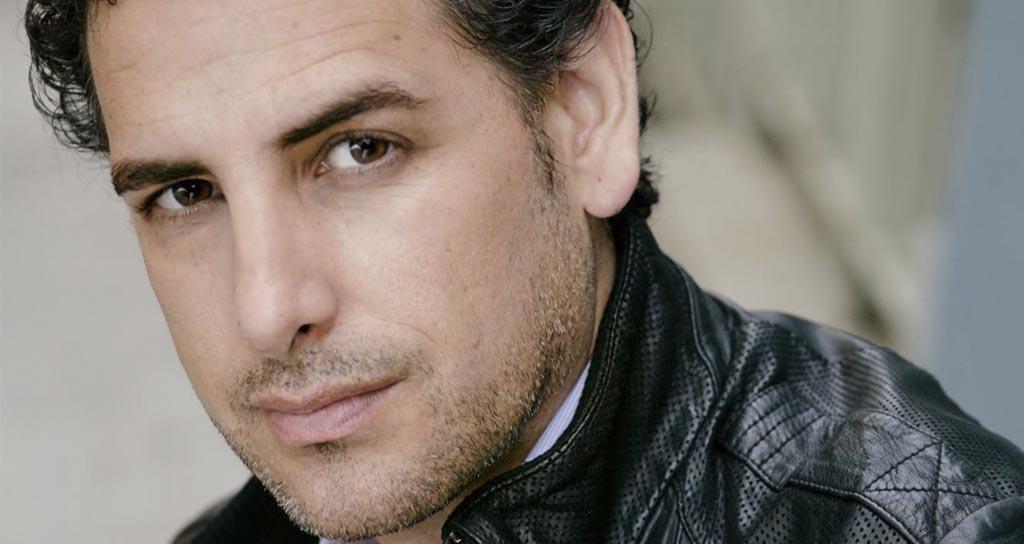 El tenor peruano toca rock en solitario y canta salsa en la ducha