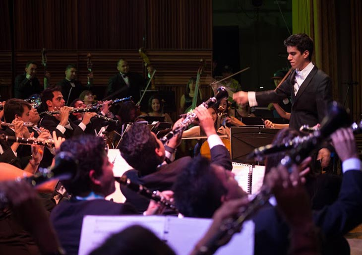 Sergio Rosales dirigiendo la Banda Sinfónica Simón Bolívar