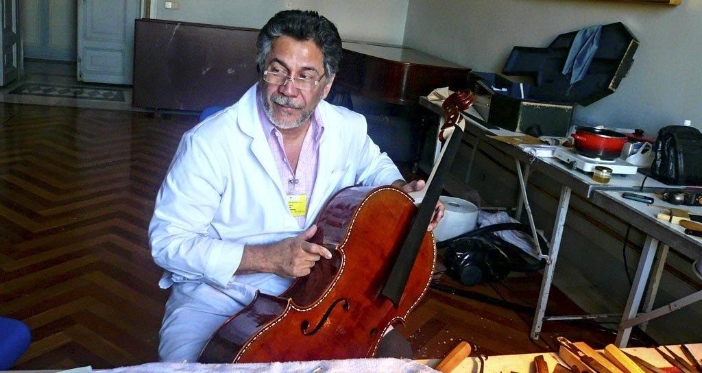 Carlos Arcieri, el lutier colombiano que restauró violoncelo de los reyes de España