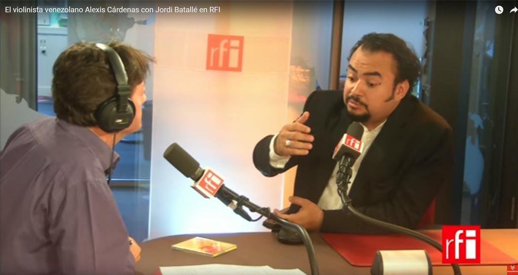 El violinista venezolano Aléxis Cárdenas con Jordi Batallé en RFI