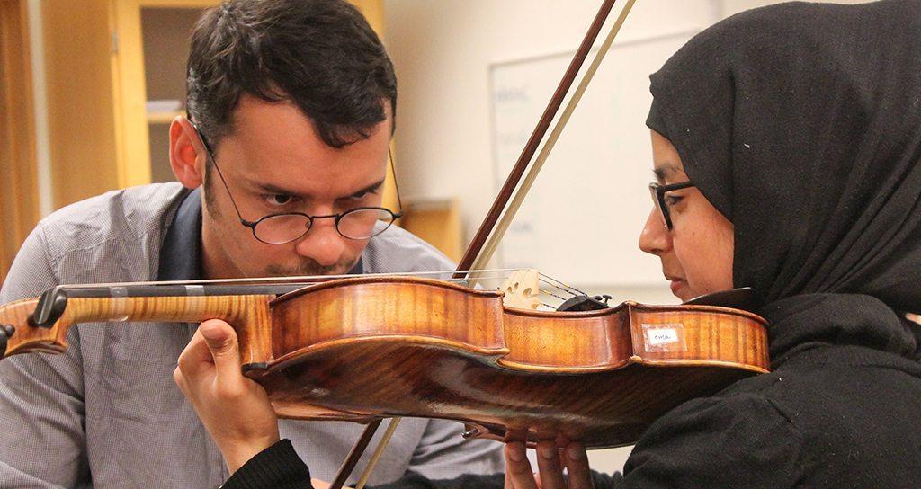 Ron Davis Alvarez crea orquesta con jóvenes refugiados