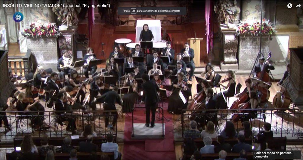 ¡El director golpea y derriba el violín del solista en pleno concierto!