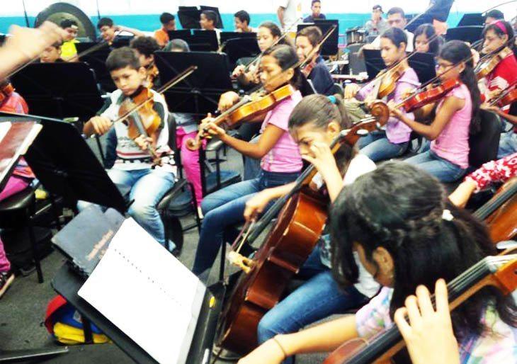 Raquel Castillo alza la batuta con la Orquesta Sinfónica Regional de Guanare