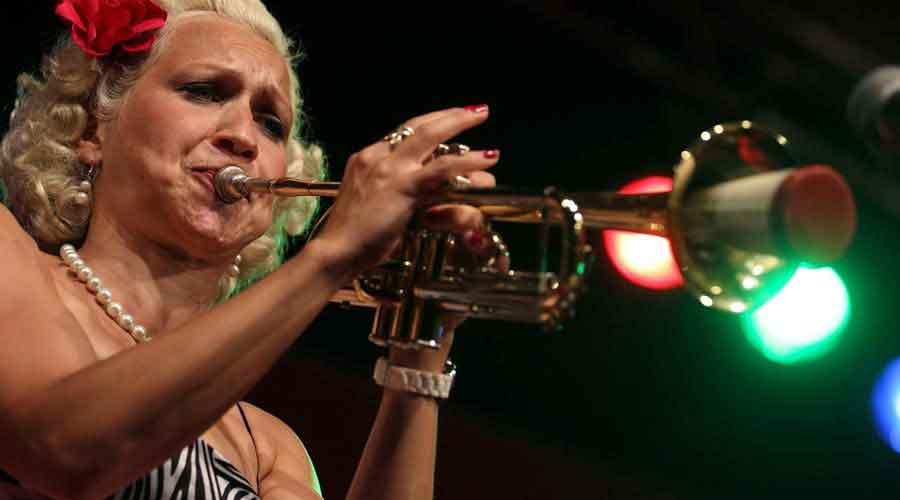 Es sueca, y lleva el jazz y el swing por el mundo