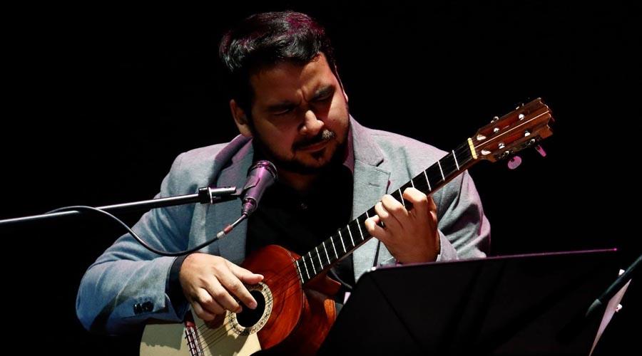 """Miguel Siso invade el escenario de #NochesDeGuataca armado con """"Cuatro cuerdas o más"""""""