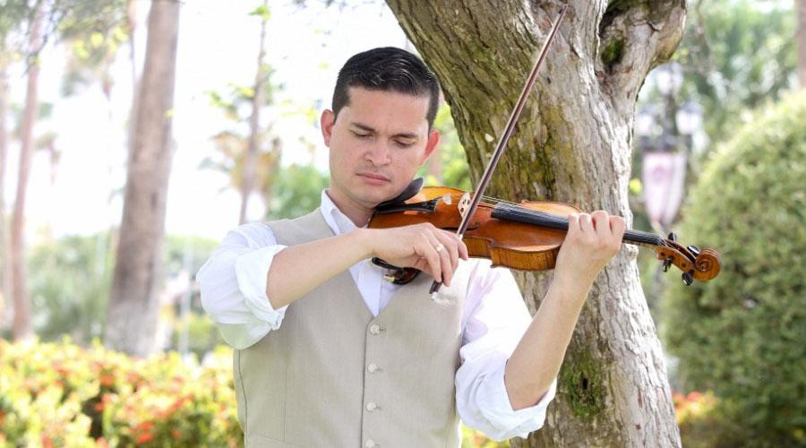 Simón Gollo deslumbra con su violín en Nuevo México
