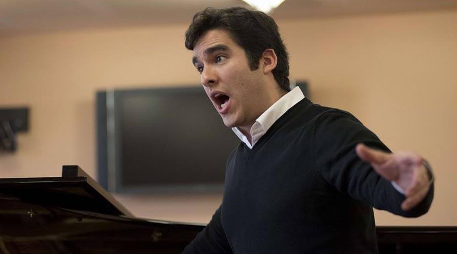 César Arrieta gana concurso de canto en Francia