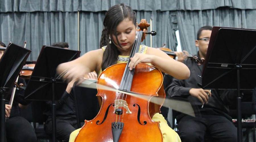 Régulo Medina dirige a Carol Salgado con la Orquesta Sinfónica Juvenil Regional de Falcón