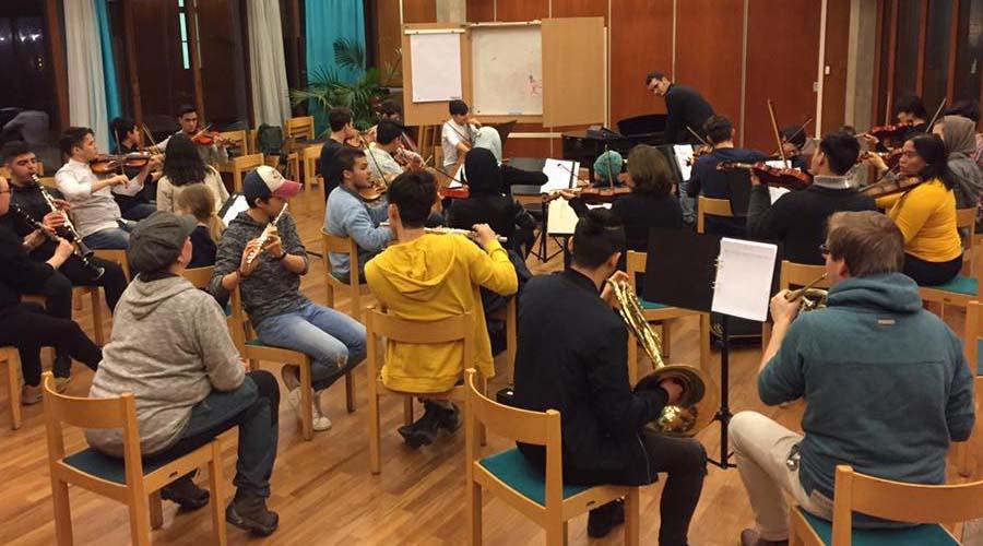 Este profesor venezolano utiliza la música como herramienta de integración