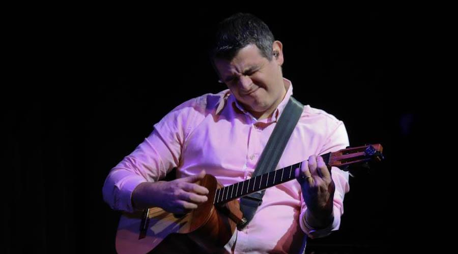 Héctor Molina se sube solo al escenario