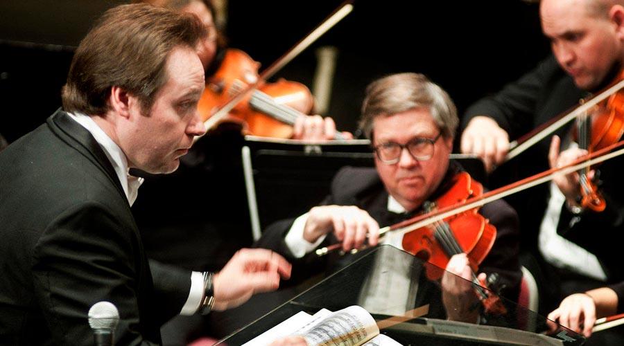 La batuta de Marc-Andre Bougie conduce a la Orquesta Sinfónica de Falcón