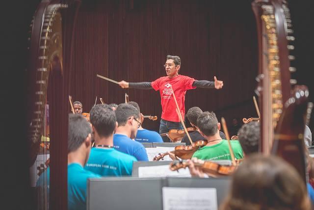 El director venezolano Eduardo Salazar condujo a la Orquesta Juvenil de Bahía, Brasil