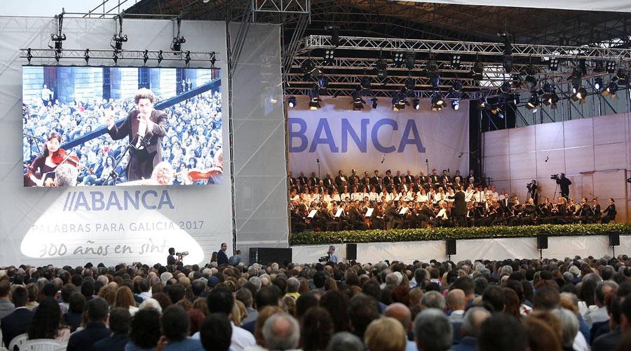 Un brillante Gustavo Dudamel trae la 'Alegría' a la Praza do Obradoiro en un recital memorable