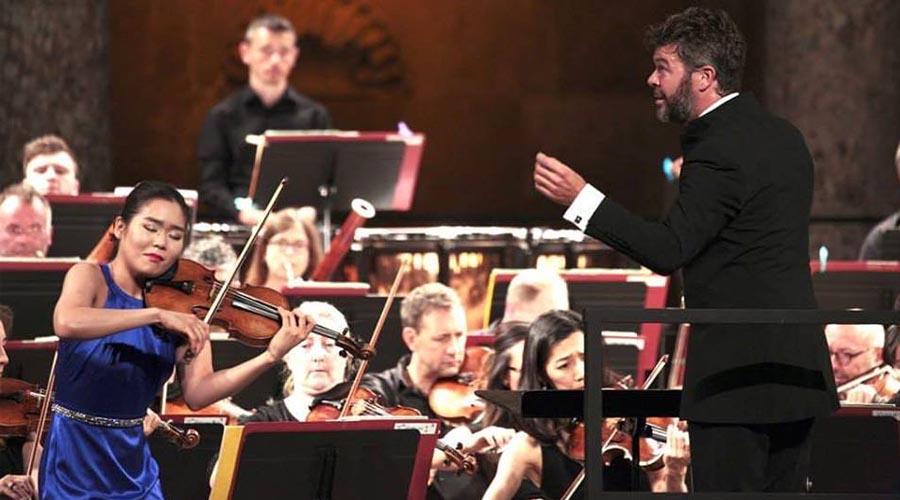 Heras-Casado y la Philharmonia Orchestra se adentran en la música rusa con Esther Yoo como solista invitada
