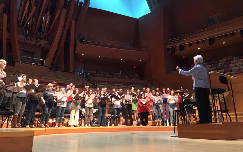 María Guinand celebra la vida y la muerte en un reencuentro con Los Angeles Master Chorale