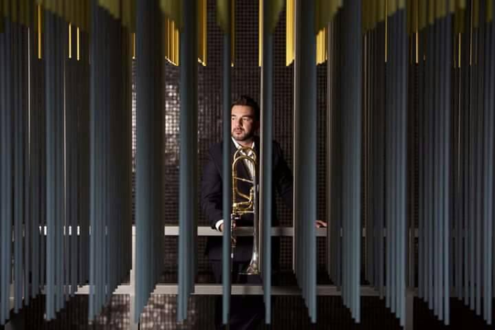 Pedro Carrero enseña a los músicos franceses como sacarle ritmo al trombón