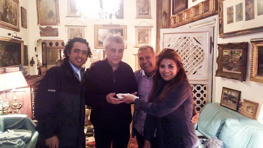 Maestro Bruno Aprea recibe guantes del Coro de Manos Blancas