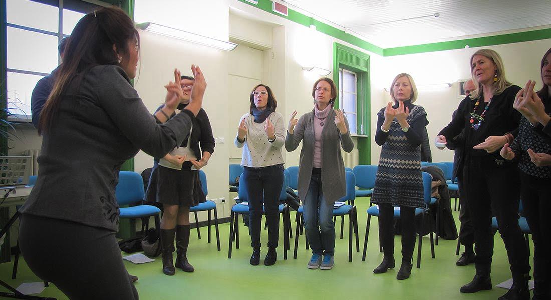 Actualización y formación docente en la Experiencia Coro de Manos Blancas en Italia