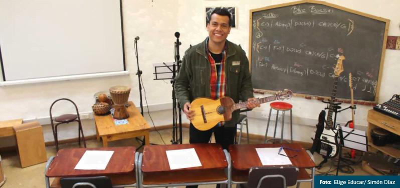 Tito Pineda, el músico venezolano que enseña a través de su cultura en esta escuela chilena