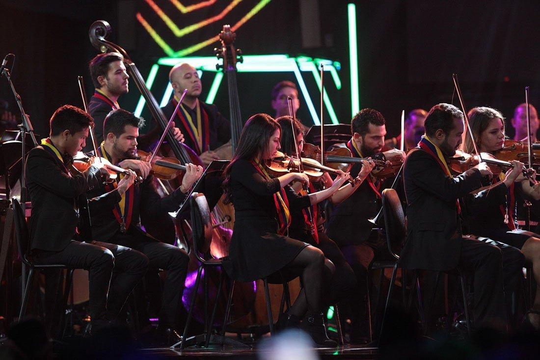 La Orquesta Sinfónica Simón Bolívar de Venezuela interpretó junto a la Súper Banda de Venezuela, Guaco la versión sinfónica deLágrimas no más