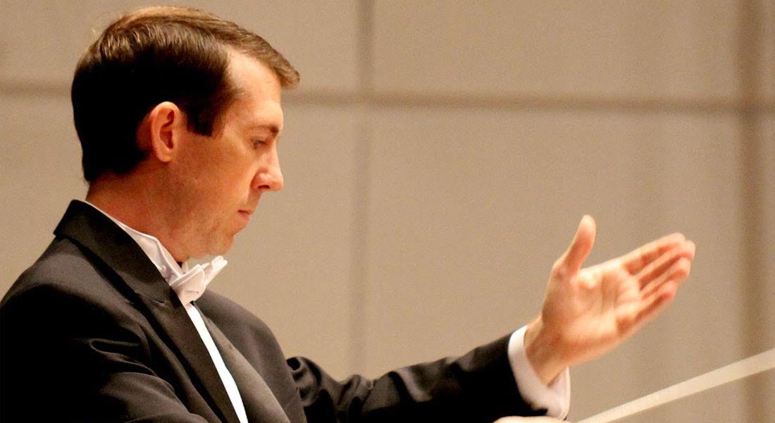 La batuta de Brad Cawyer conduce a la Orquesta Sinfónica de Falcón